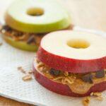 Μήλο με φυστικοβούτυρο: Το αγαπημένο σνακ του χειμώνα που μας κάνει καλό!